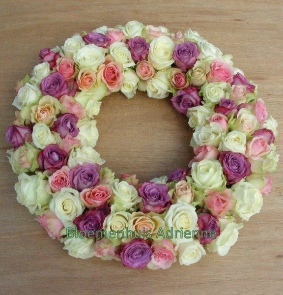 Rouwkrans in pasteltinten met witte en roze rozen