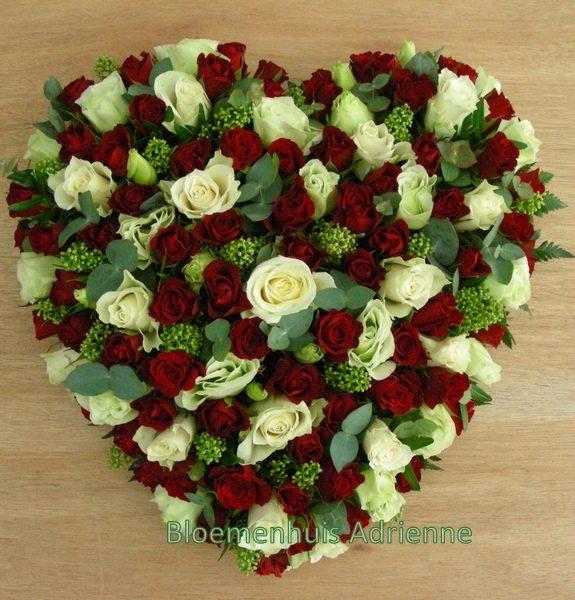 Rouwhart met witte en rode rozen